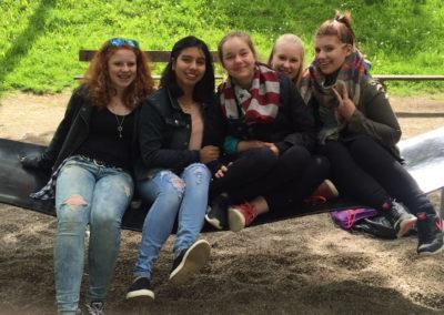 Ana Victoria mit ihren Schulfreundinnen