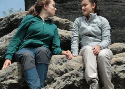 Ella und Andrea beim Klettern