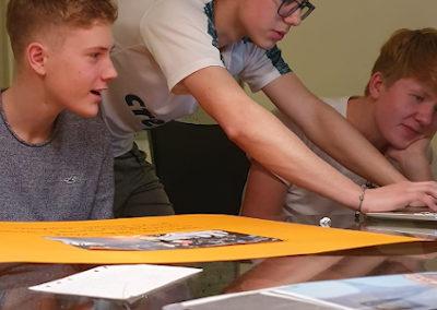 Joao hilft Gastbruder bei den Hausaufgaben