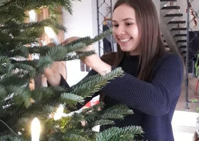 Valentina bringt die Weihnachtslichter an